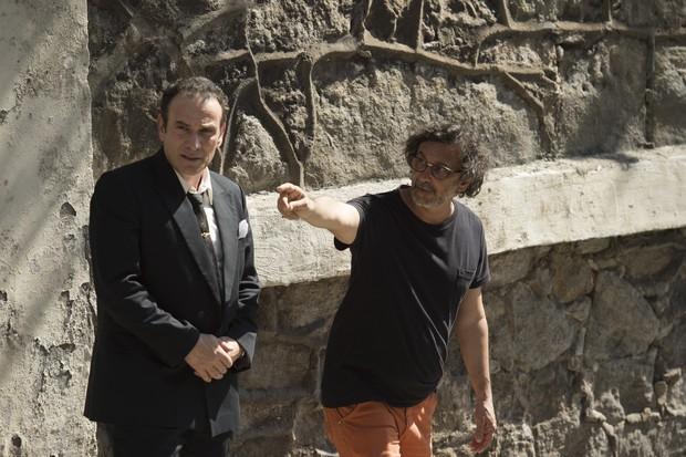 Marco Ricca sendo orientado pelo diretor Carlos Araújo em Os Dias Eram Assim (Foto: Globo/Mauricio Fidalgo)