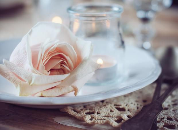 jantar romântico velas flores  (Foto: Thinkstock)