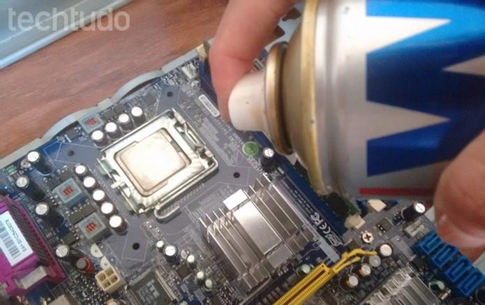 Aplicação do limpa contato em toda a placa-mãe (Foto: Raquel Freire/TechTudo)