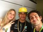 Fiorella Mattheis e Alexandre Pato posam com Lewis Hamilton