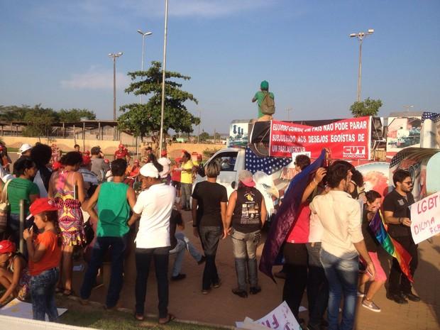 Manifestantes se reuniram na Zona Leste de Porto Velho para um ato público contra o pedido de impeachment da presidente Dilma (Foto: Mary Porfiro/G1)