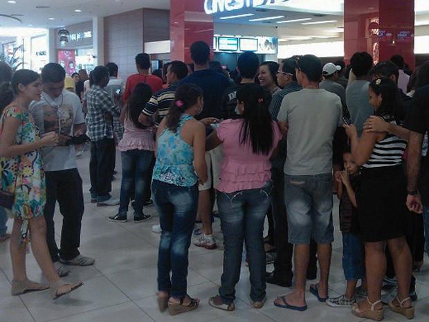 """Fãs formam filas para comprar ingressos para """"Amanhecer - Parte 2"""", em São Luís (Foto: Amanda Arrais/Colaboração)"""