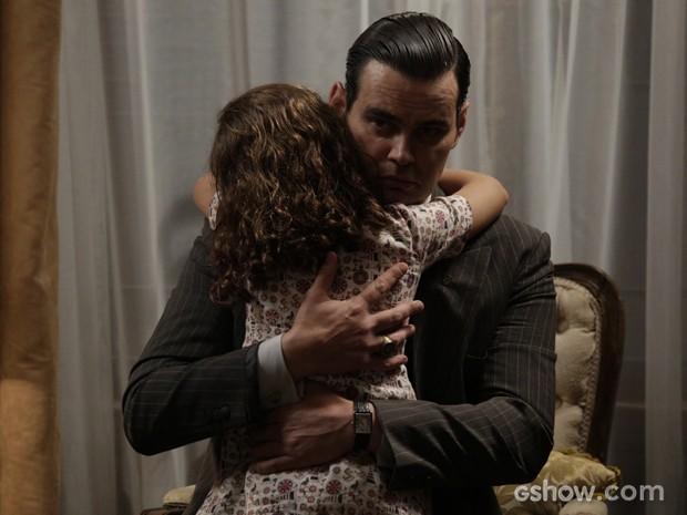 Espoletinha surpreende vilão e dá um abraço daquele nele (Foto: Fábio Rocha/TV Globo)