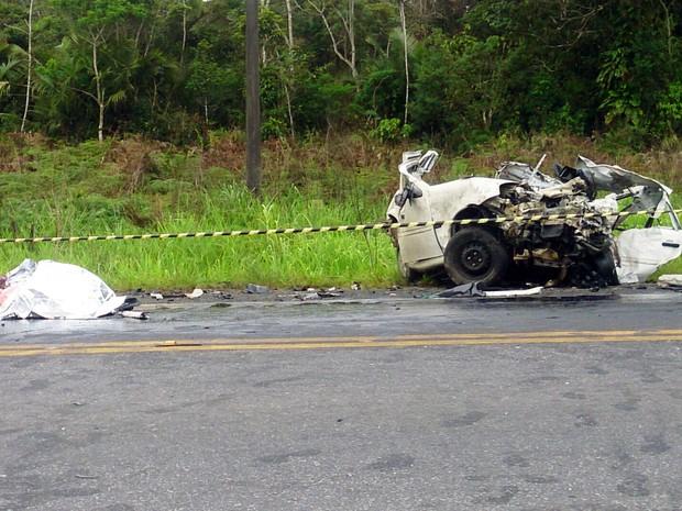 Duas pessoas morreram após carro bater de frente com caminhão (Foto: Orion Pires/G1)