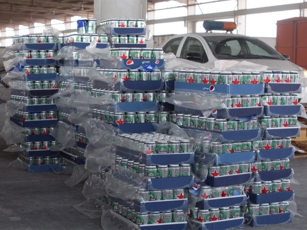 Carga apreendida em fronteira da Arábia Saudita tinha 48 mil latas de cerveja (Foto:  Reprodução/Twitter/KSA Customs)