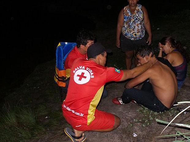 Salva-vidas consolam os pais do menino durante buscas (Foto: Edivaldo Braga/BlogBraga)