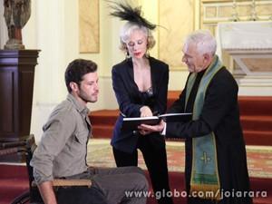 Logo após Aurora marcar data de casamento, Cléo aparece (Foto: Carolina Caminha/TV Globo)