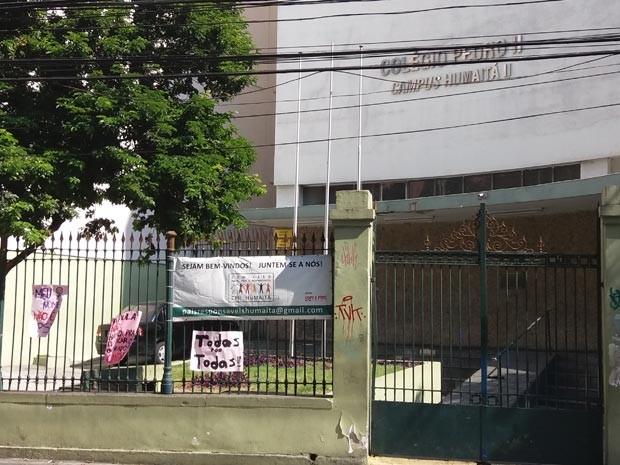 Cartazes foram pendurados na frente da unidade para protestar contra assédios em unidade do Colégio Pedro II (Foto: Janaína Carvalho / G1)