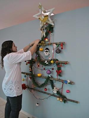 Árvore de Natal é fixada em parede  (Foto: Eliete Marques/G1)