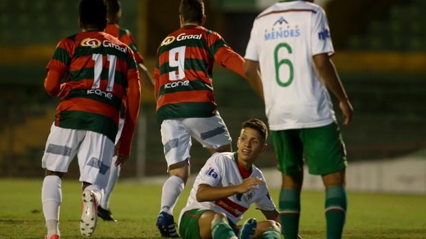 Bruno Duarte (camisa 9) comemora o gol da Lusa sobre a Santista