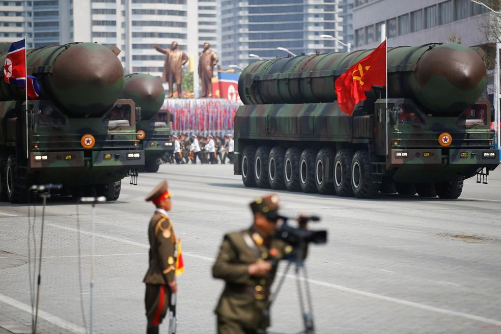 Os mísseis são conduzidos após passarem pelo estande com o líder norte-coreano Kim Jong Un e outros altos funcionários durante um desfile militar que marca o 105º aniversário de nascimento do pai fundador do país, Kim Il Sung, em Pyongyang, nesta sábado (15) (Foto: REUTERS/Damir Sagolj)