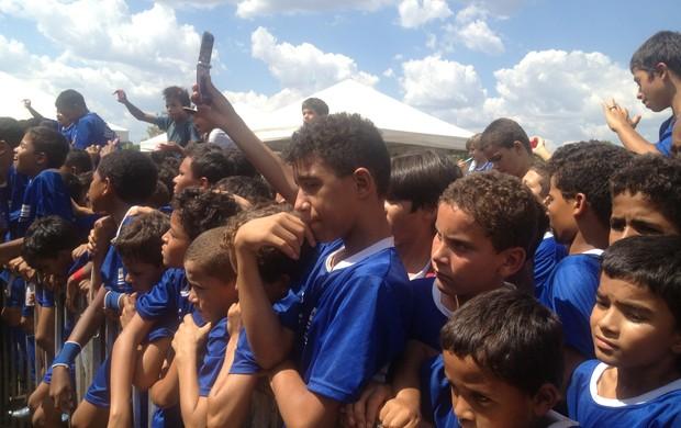 Cerca de 1000 crianças esperavam Ronaldinho Gaúcho no campo de futebol de34de68b1bff