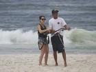 Fernanda Pontes faz aula de kitesurf em praia carioca
