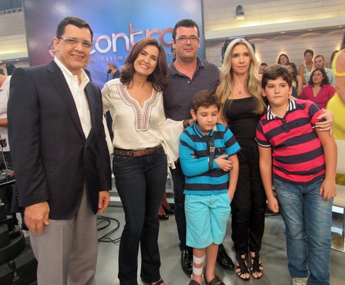 Fátima com família de menino que fez implante no braço (Foto: Priscilla Massena/Gshow)