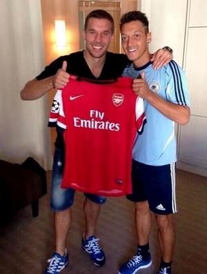 Podolski e Ozil arsenal camisa (Foto: Reprodução / Twitter)