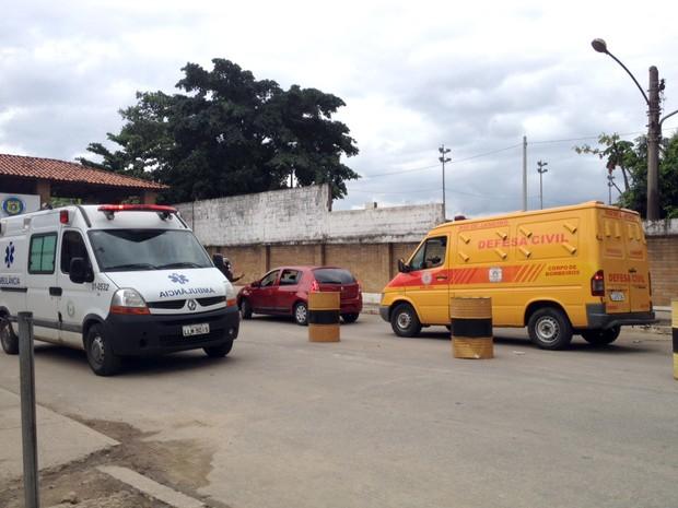Carro da Defesa Civil chega ao Complexo de Gericinó, em Bangu, na Zona Oeste do Rio, na tarde desta segunda-feira (4) (Foto: Isabela Marinho/G1)