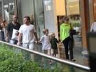 Angélica e Luciano Huck passeiam com os filhos em shopping do Rio