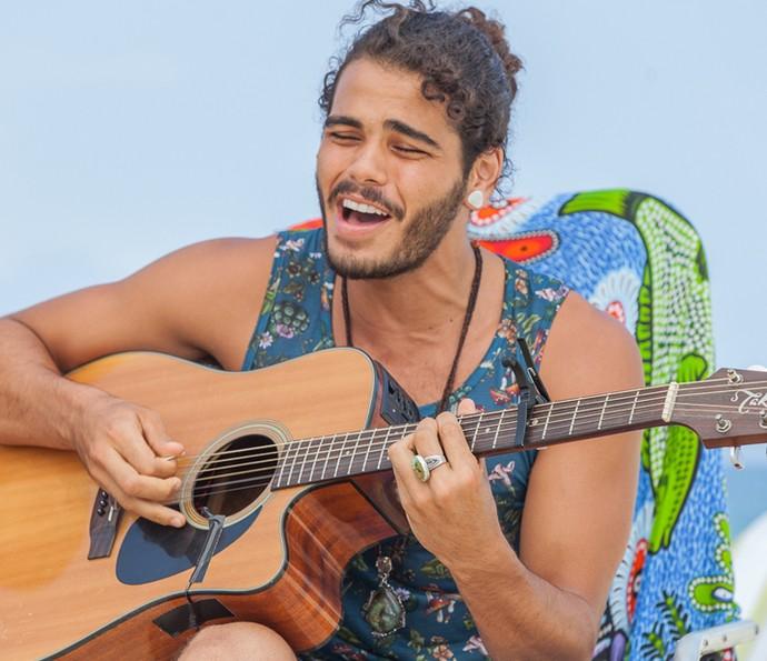 Enzo ainda dá uma palinha musical! (Foto: Artur Meninea/Gshow)