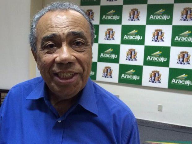 Prefeito de Aracaju, João Alves Filho, fala sobre problemas causados pela chuva (Foto: Tássio Andrade/G1)