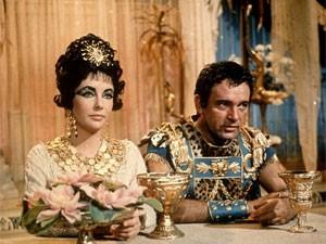 Elizabeth Taylor e Richard Burton em cena de 'Cleópatra' (Foto: Divulgação)