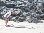 Paulo Vilhena faz alongamento e ritual antes de surfar no Rio