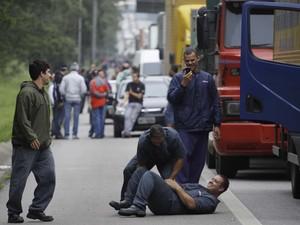 Veículos parados na Rodovia Anchieta, rumo ao porto de Santos (Foto: Nelson Antoine/Fotoarena/Estadão Conteúdo)