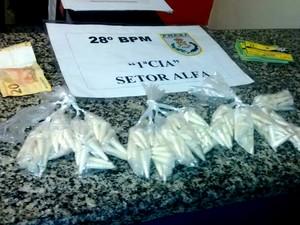 Drogas e dinheiro apreendidos com suspeitos (Foto: Dilvulgação/Polícia Militar)