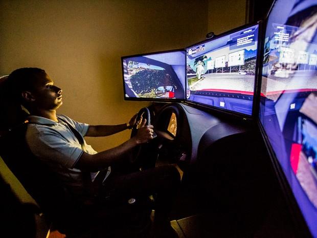Aluno de autoescola faz exercício em máquina simuladora de direção (Foto: Jonathan Lins/G1)