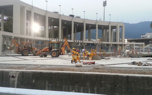 Obras no maracana, funcionários correm contra o tempo (Foto: Janir Junior)