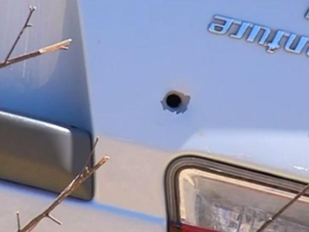 Carro estava com marcas de tiros do lado de fora, em Goiás (Foto: Reprodução/TV Anhanguera)