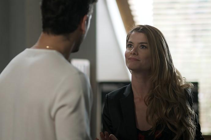 Diana pede ajuda de Lázaro para separar o pai de Laila (Foto: TV Globo)