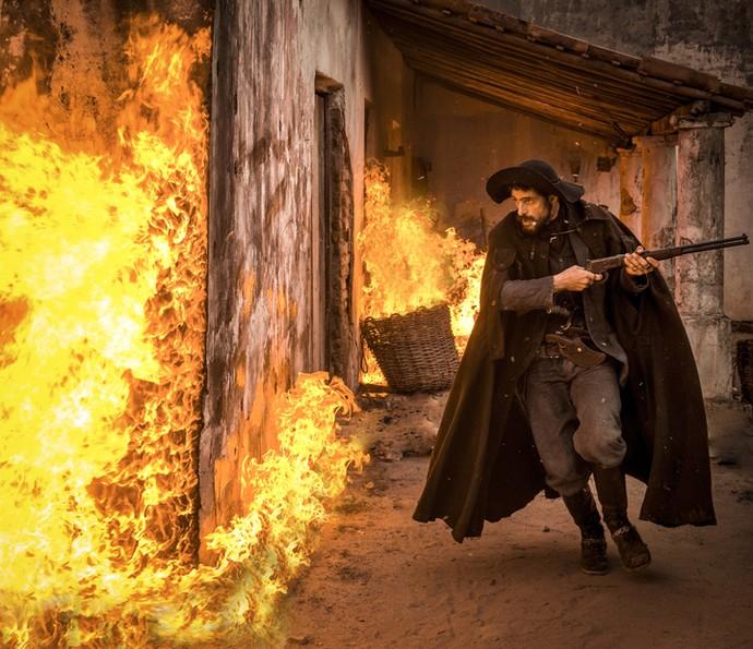 Clemente incendeia galpão de Ernesto (Foto: Caiuá Franco/ Globo)