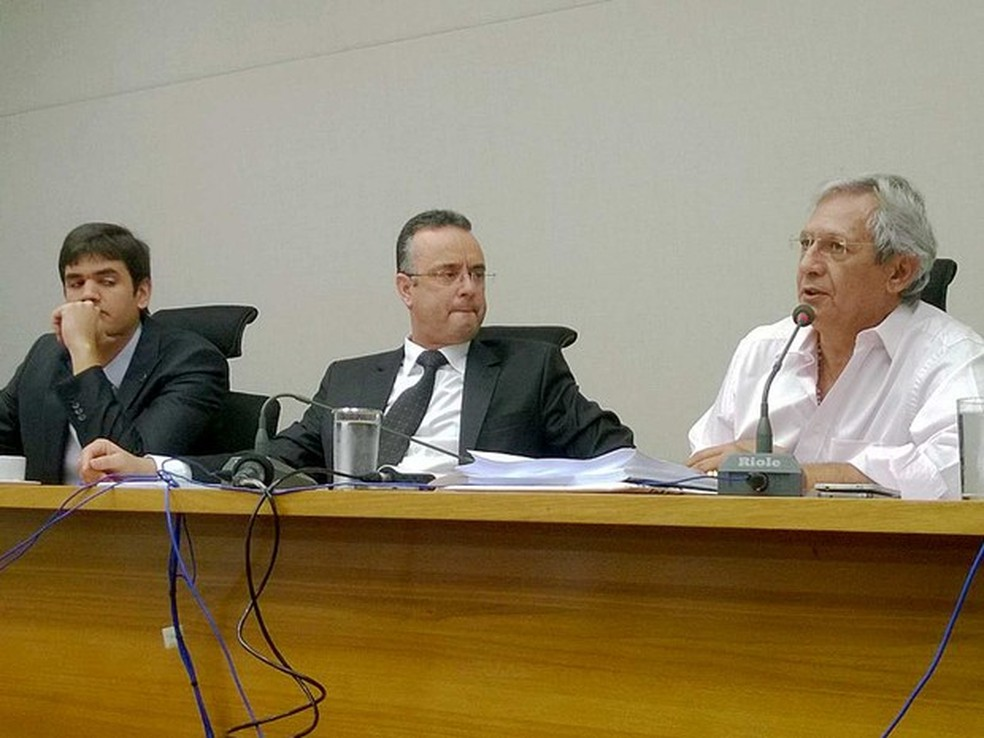 Deputado Bispo Renato Andrade (ao centro), em sessão da CPI do Transporte da Câmara Legislativa do DF (Foto: Fernando Caixeta/G1)