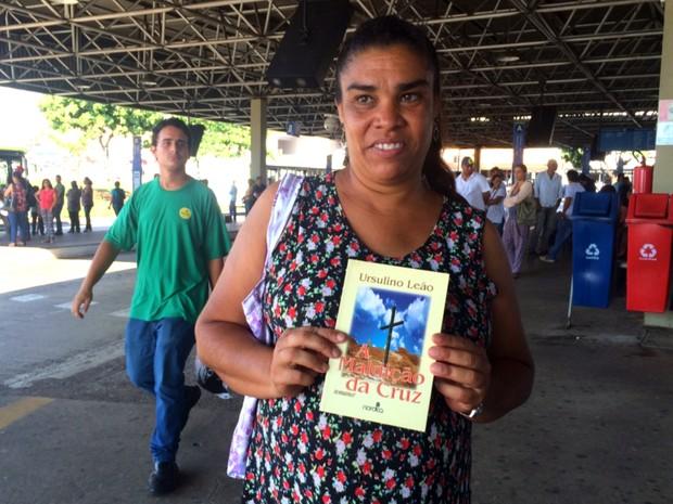 Josiana de Moura, professora, foi uma das primeiras a pegar livros na geladeira em Goiânia (Foto: Murillo Velasco/G1)