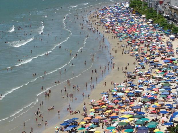 Praia Central de Balneário Camboriú ficou lotada desde cedo (Foto: Jaime Batista da Silva/Divulgação )