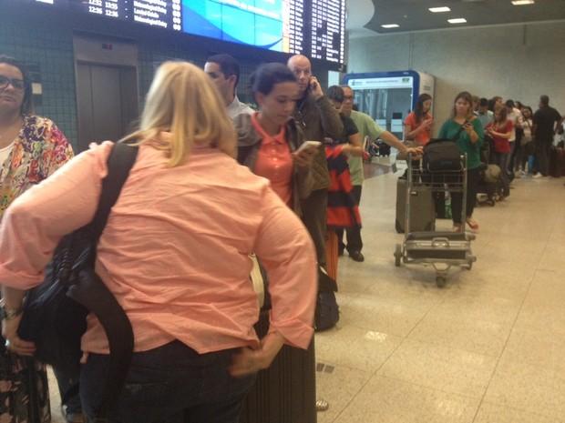 Passageiros aguardavam na fila do Santos Dumont (Foto: Isabela Marinho/G1)