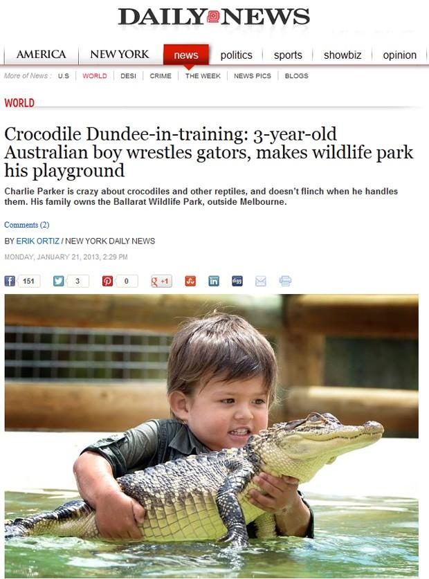 Charlie Parke aparece brincando com filhote de crocodilo em parque na Austrália (Foto: Reprodução)