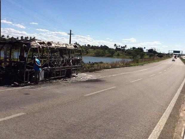 Micro-ônibus foi completamente destruído pelas chamas (Foto: Heloísa Guimarães/ Inter TV Cabugi)
