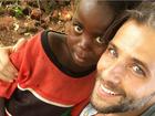 Bruno Gagliasso posta foto com criança africana: 'Novas amizades'