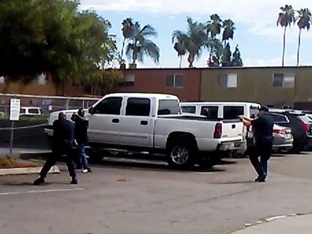 A polícia de El Cajon divulgou foto do momento onde o afro-americano apontou com suas mãos para um dos agentes (Foto: El Cajon Police Department/AP)
