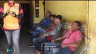Mototaxistas aguardam para assistir a Copa do Mundo pela TV Digital