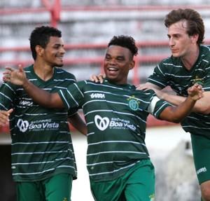 Carlinhos Bala comemora gol que decretou a vitória do América-PE sobre o Ypiranga (Foto: Aldo Carneiro/Pernambuco Press)