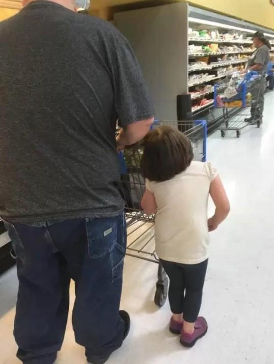 A cena foi registrada por outra cliente do supermercado