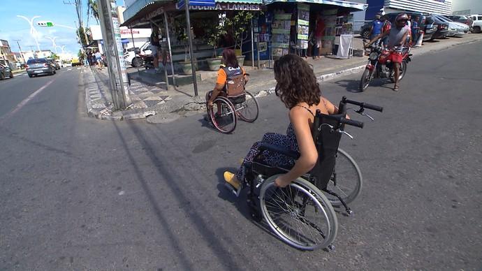 Renata Menezes e Mônica Veloso mostram dificuldades dos cadeirantes para se locomover (Foto: TV Bahia)