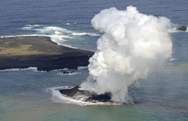 Atividade vulcânica forma nova ilha ao sul do Japão (Foto: AP Photo/Kyodo News)
