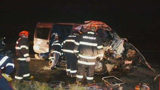 Colisão entre van e caminhão deixa 17 feridos em rodovia de Matão, SP
