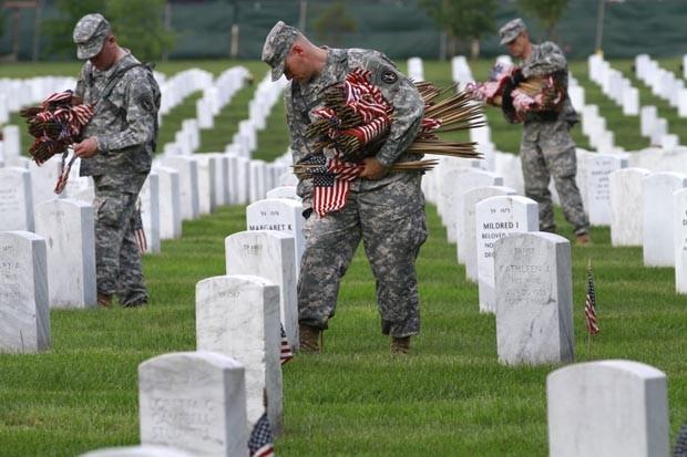 """Soldados preparam os túmulos em Arlington para o """"Memorial Day"""" (Foto: Jacquelyn Martin/AP)"""