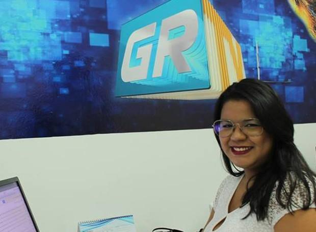 Carol Souza é jornalista da TV Grande Rio há dois anos (Foto: Gabriela Canário)