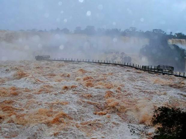 No início da manhã desta segunda-feira (30), vazão das Cataratas do Iguaçu era de mais de 15 milhões de l/s, dez vezes acima do volume normal (Foto: Cataratas do Iguaçu S.A. / Divulgação)