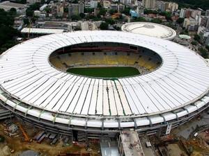 Consórcio finaliza colocação da lona da cobertura do Maracanã (Foto: Genílson Araújo / Agência O Globo)